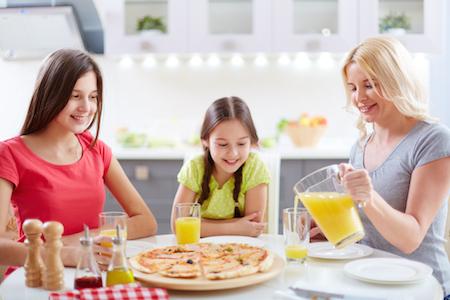 ホームステイ先で食事をするときのテーブルマナーと英語表現